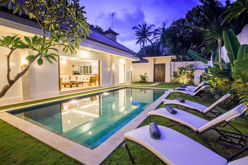 VILLA KAMBOJA DELUXE 4 BDR DOUBLE SIX AREA, vacation rental in Legian
