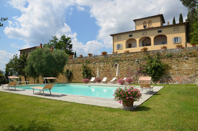 Villino, private villa walking distance to Lucignano. 4 bedrooms & private pool!, holiday rental in Lucignano
