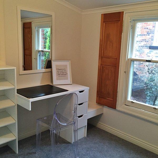 La última vestidor incluyendo 3 paredes de estanterías y espacio para colgar.
