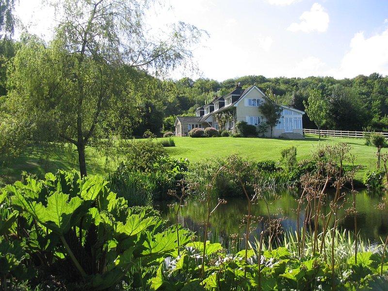 Vista da casa do outro lado da lagoa