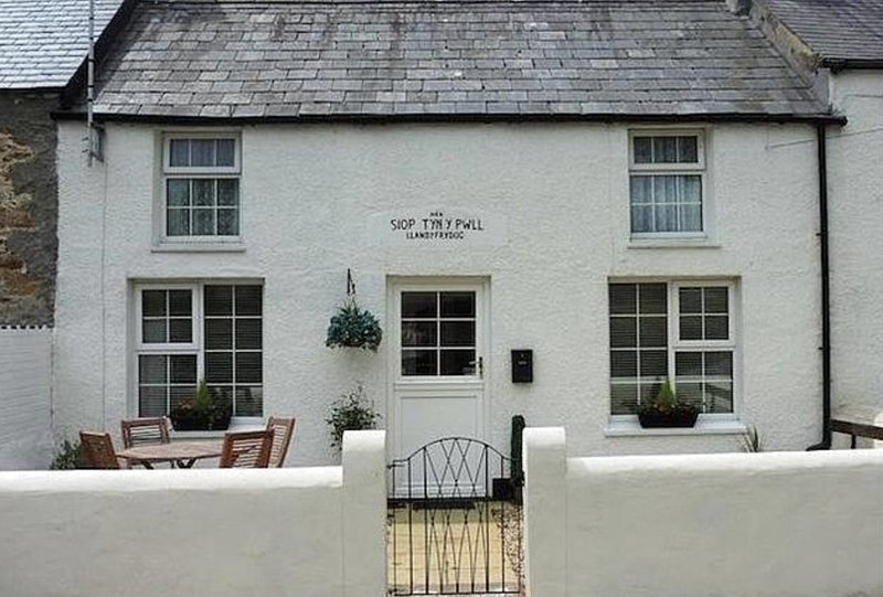 The Old Shop - 'A hidden Gem' - free wifi, holiday rental in Moelfre