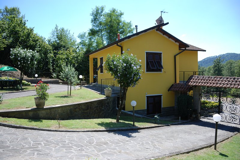 CASA VACANZE 'IL VIGNETO'... a lovely indipendent house 30 minutes from 5 Terre, vacation rental in Carro