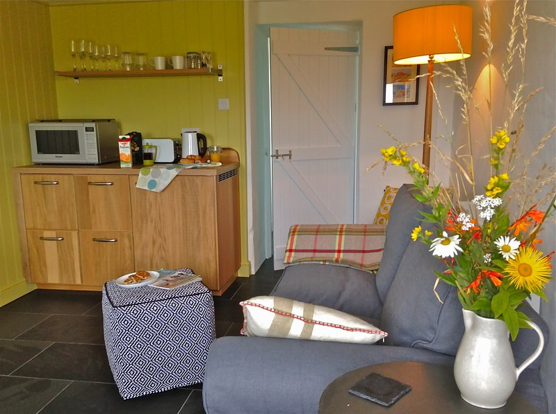 Cosy studio living with cabin kitchen, perfect for preparing breakfast or a light lunch.