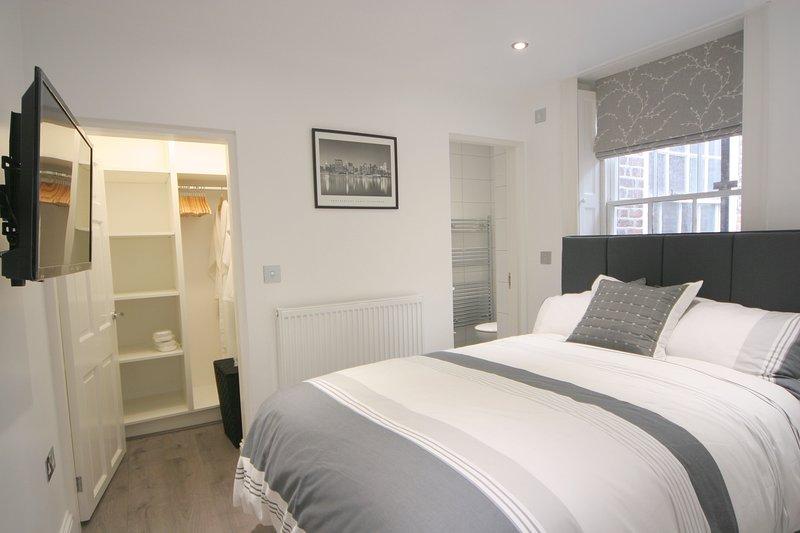 Chambre En-suite avec 4 'lit, placard, TV / lecteur Dvd DAB Radio avec station d'accueil.