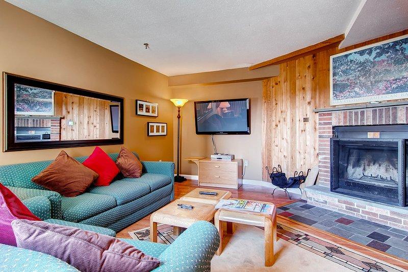 De woonkamer en open haard met flatscreen-tv