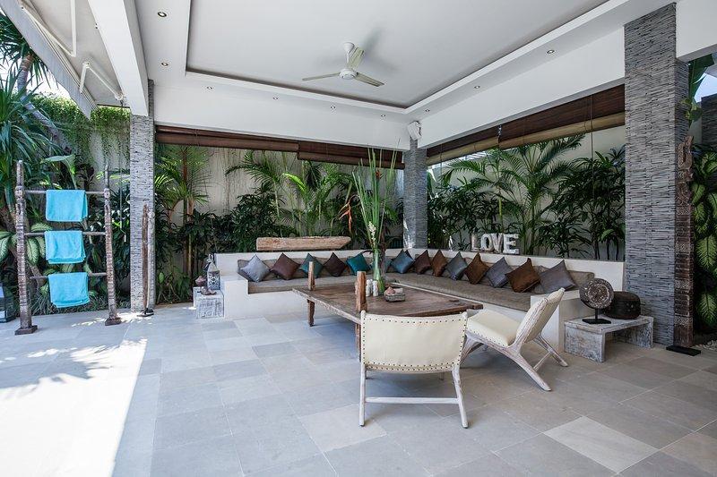 Das Wohnzimmer, mit einem Sofa, das mehr als 8 Gäste begrüßen können, und mit zwei großen Ventilatoren an der Decke