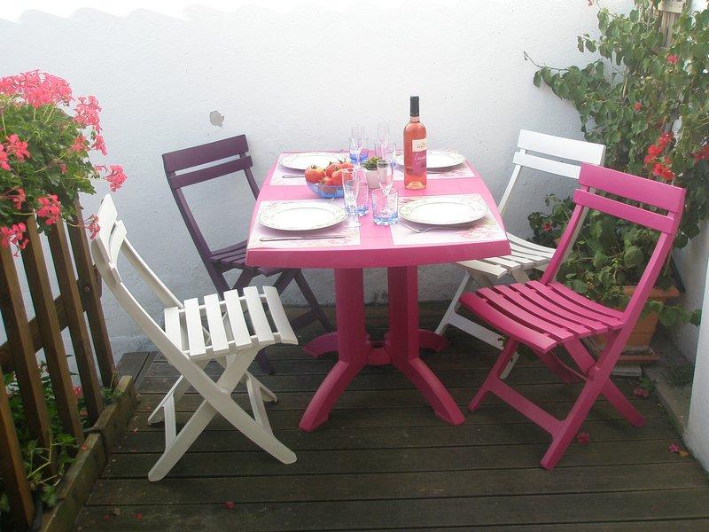 Terrasse ensoleillée pour repas au retour du marché Arago ou de la plage