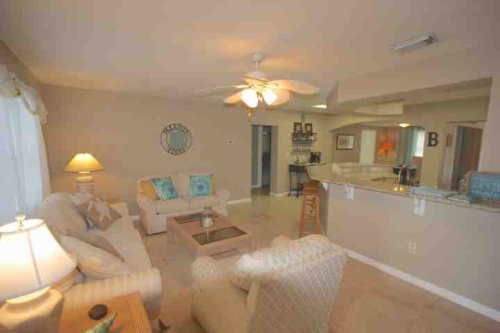 Lovely Front Room Sitting Area-Entertain while whipping up ana amazing meal or lunch to bring to the beach!