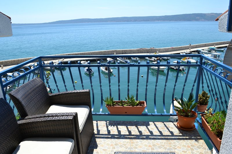 Charming port views right at the sea, vacation rental in Kastel Novi