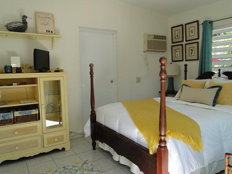 Sovrum dubbelsäng, luftkonditionering, TV, llarge garderob och byrå.