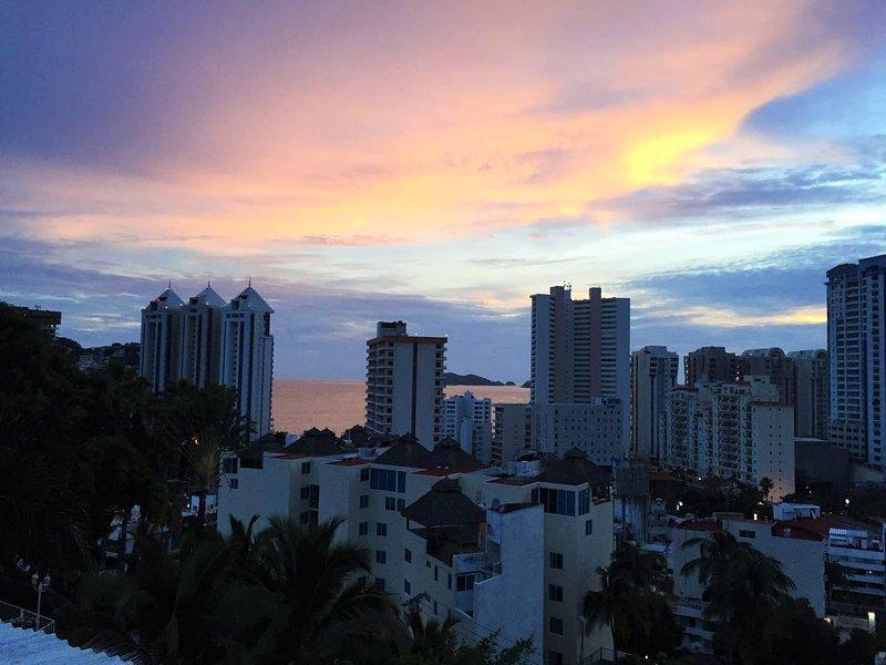 uw uitzicht op de zonsondergang over de baai