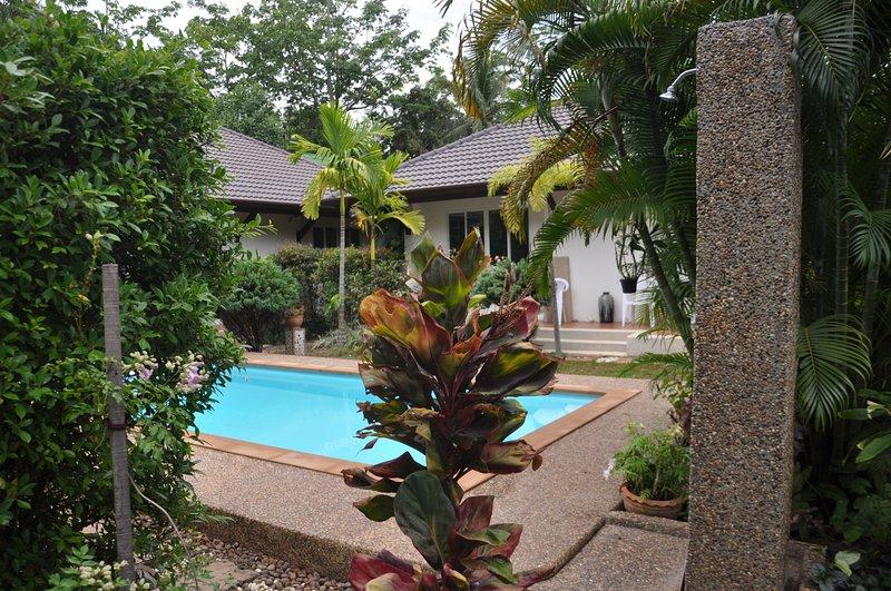 den 2 stugor pool och trädgård