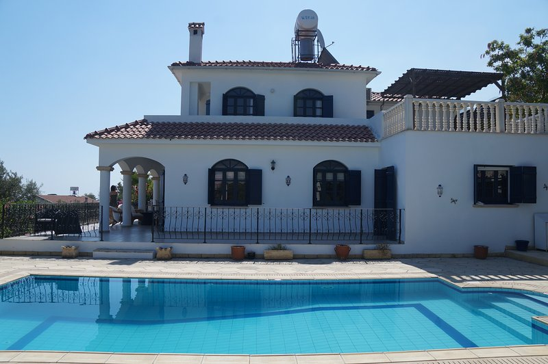 Huge Luxury 5 Bed Villa. Private Pool and Badminton court. Stunning Views, holiday rental in Kormakitis