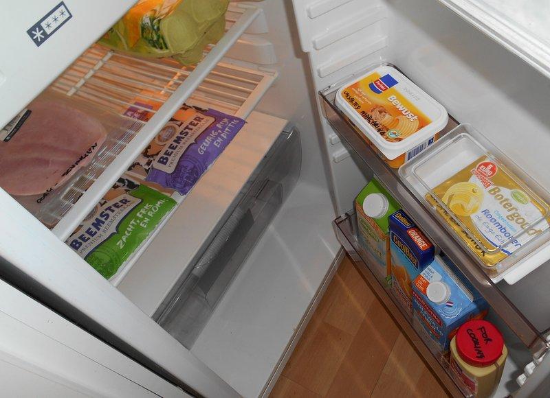 La nevera contiene el jamón y los huevos, queso, leche, yogur y zumo de naranja