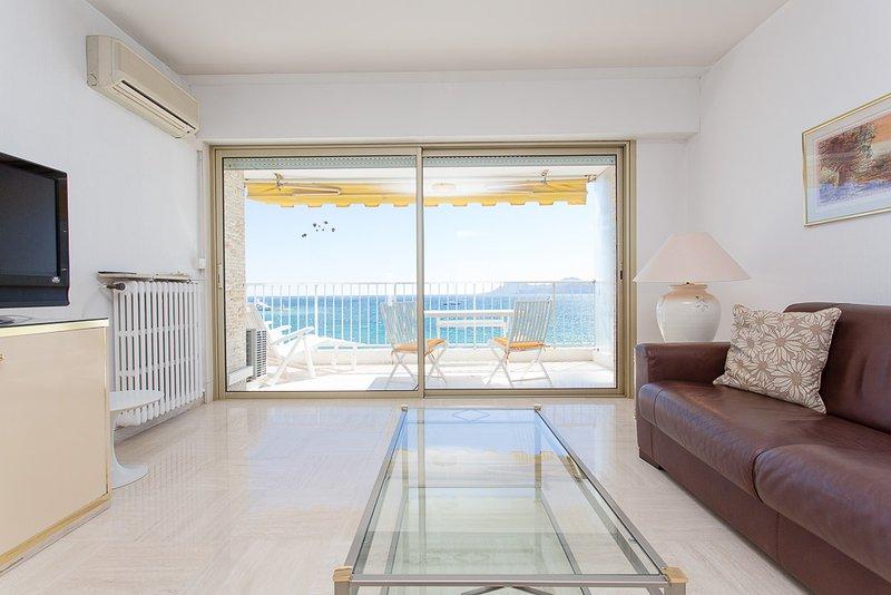 Le salon, l'accès à la terrasse