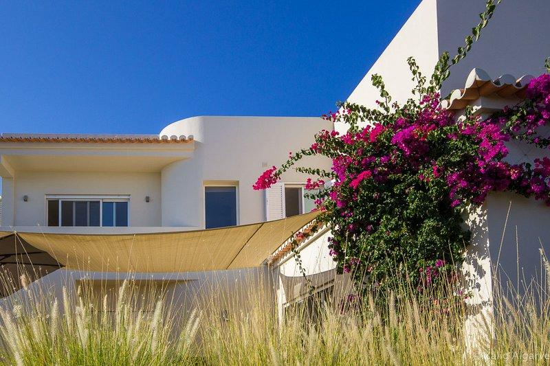 Vila Alcaria new modern seeview-swimmingpool house, aluguéis de temporada em Azinheiro