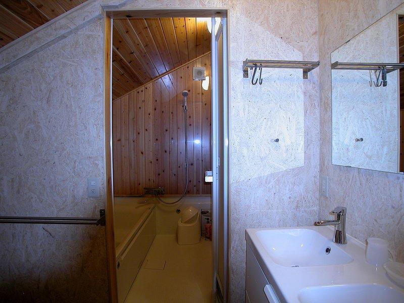 Μπάνιο με ντους, Μπανιέρα, Λεκάνη διπλό Πλένουμε και τουαλέτα (όχι στην εικόνα).