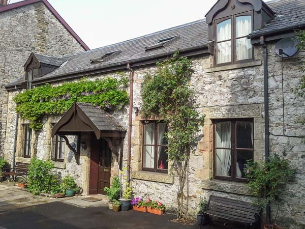 THE STABLES, five bedrooms, garden with stream, pet-friendly, WiFi, in Buxton, vacation rental in Horsham St Faith