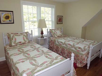 Quarto no segundo andar com duas camas