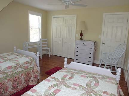 Outra vista do quarto no segundo andar com duas camas