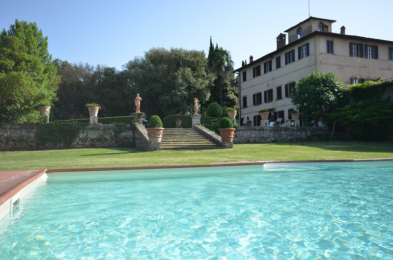 Villa with 8 bedrooms near Montepulciano. Private pool and large gardens!, holiday rental in Montepulciano