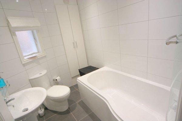 Salle de bain principale avec baignoire / douche