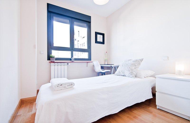 Room near Instituto Empresa Madrid, aluguéis de temporada em Coslada