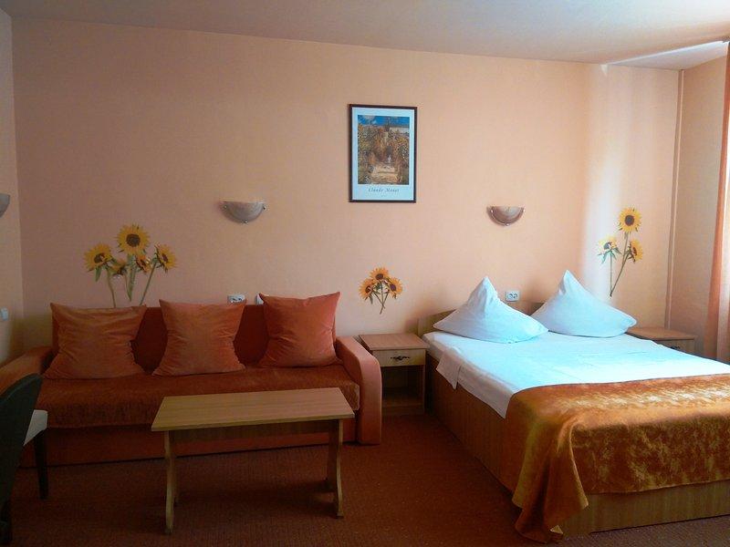 habitación triple, cama de matrimonio + sofá