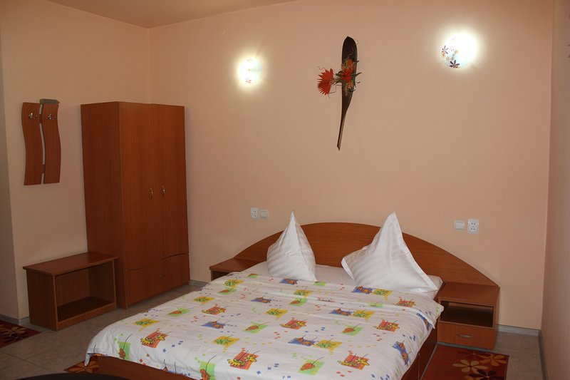 una habitación con cama doble
