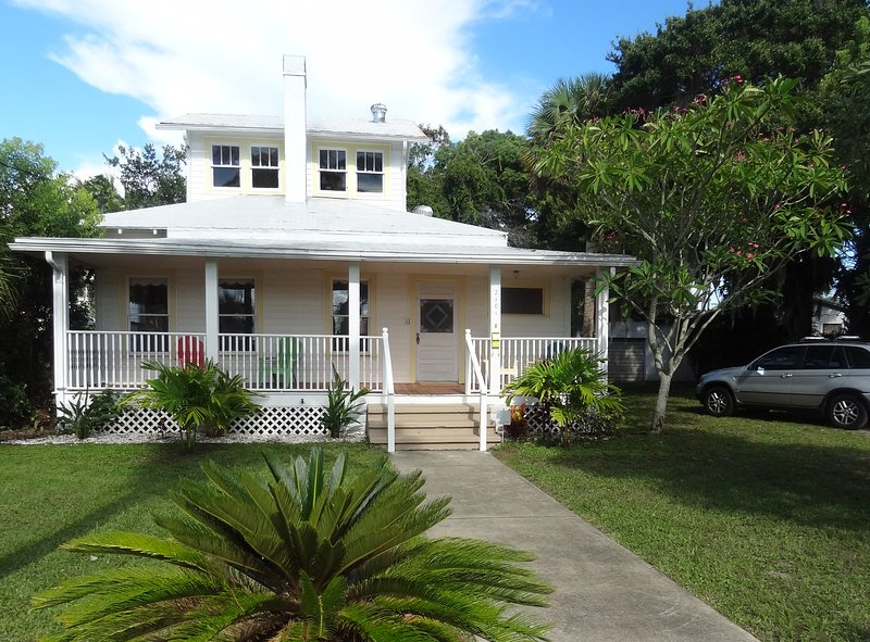 Charming cottage in Downtown Melbourne Minutes away from the beach.