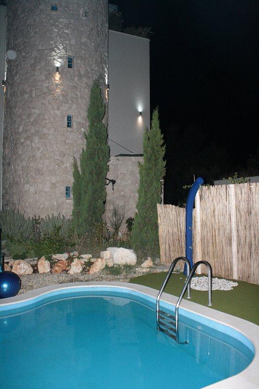 piscine panoramique avec des effets d'éclairage de nuit