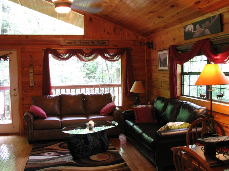 relaxar .... Cozy Urso tem 2 sofás para que possa tanto esticar para fora após um dia de caminhadas ... ou fazer compras!