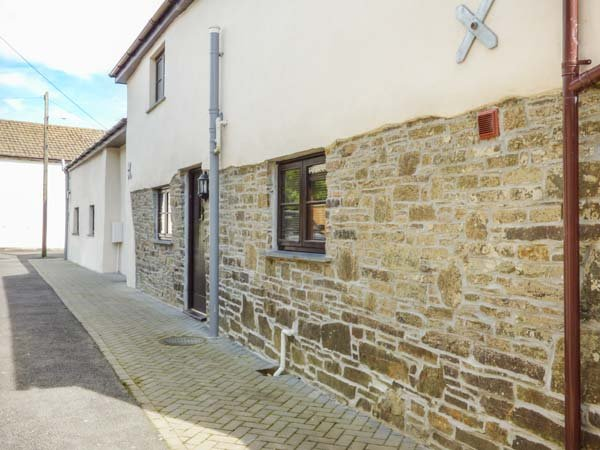 SUNNYMEAD COTTAGE, semi-detached barn conversion, on a farm, enclosed garden, vacation rental in Beaworthy