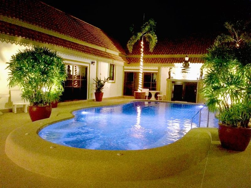 Bang sare luxury 7 bedroom pool villa sleeps 24, holiday rental in Sattahip