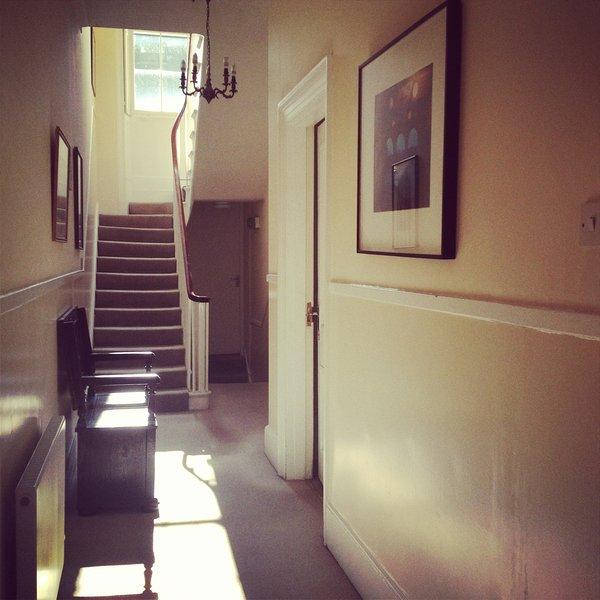 Flur im Erdgeschoss, die mit unserer Firma Büro geteilt wird. Die Besitzer sind vor Ort an jedem Wochentag.