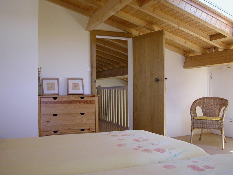 Erster Stock Schlafzimmer mit Blick auf den Pool und die umliegenden Reben und Land.