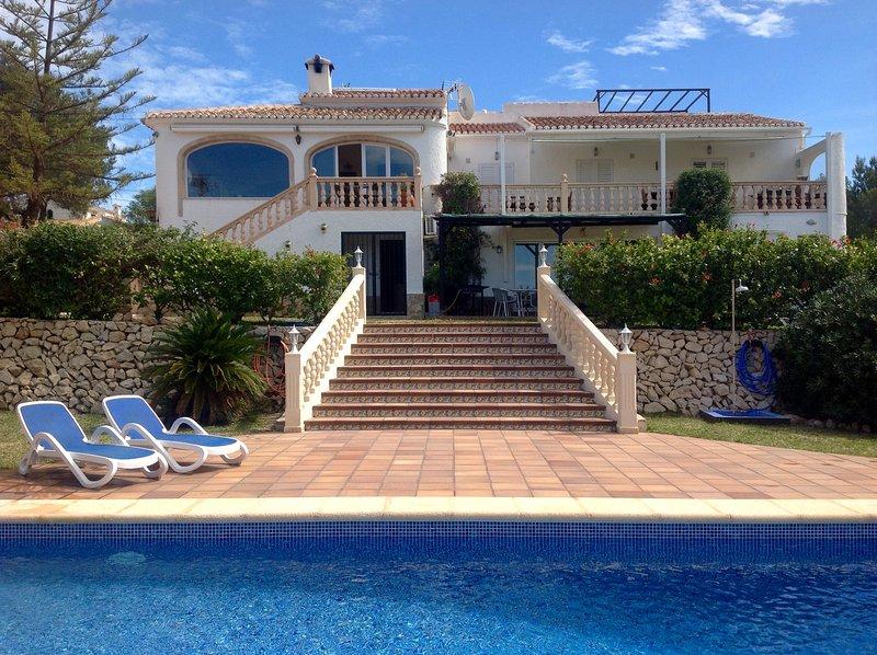 frente a jardín y piscina villa..large con un montón de opciones para sentarse y tomar el sol