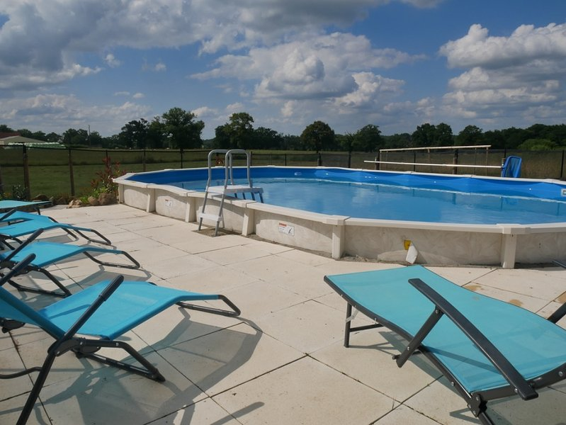 tumbonas alrededor de la piscina