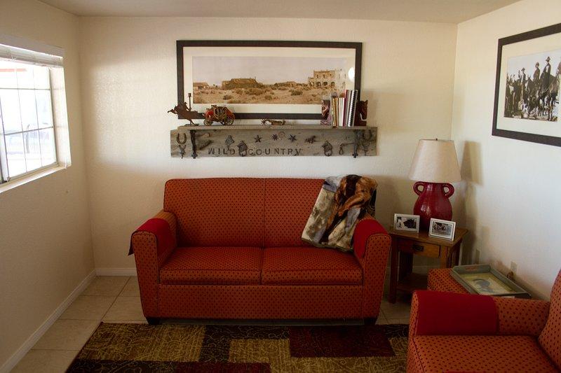 Genießen Sie unser gemütliches Wohnzimmer. Das Sofa ist in ein bequemes Bett für einen Erwachsenen oder 2 kleine Kinder