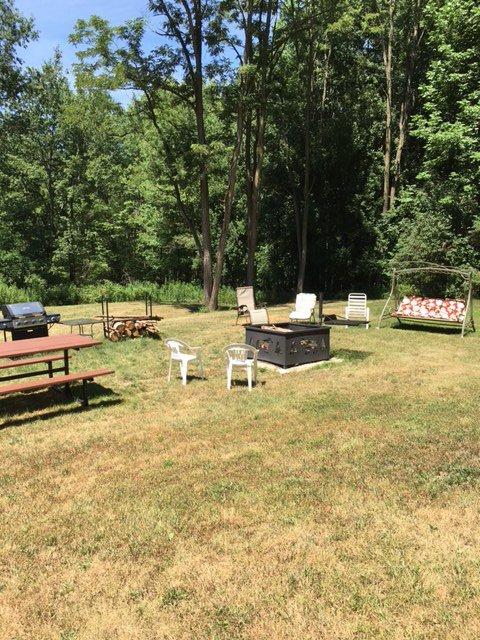 zona relax esterna. Extra grande tavolo da pic-nic, pozzo del fuoco, molti posti a sedere e molteplici griglie.