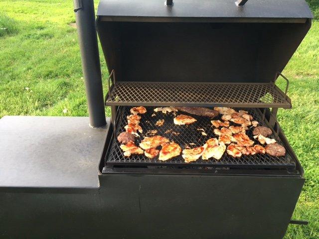 Legna o carbone barbecue è anche un fumatore.