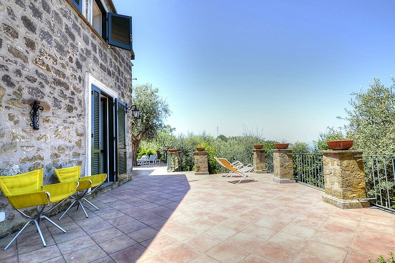 Marina del Cantone Villa Sleeps 12 with Air Con - 5228278, vacation rental in Roncato