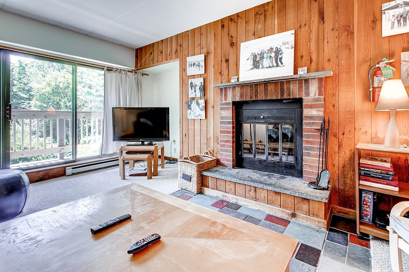 Wohnzimmer mit Kamin und Flachbild-TV