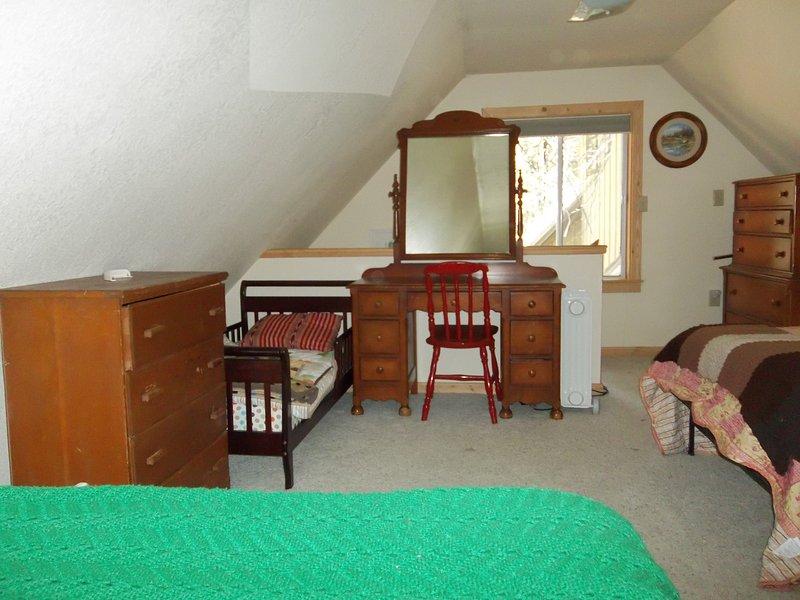 Sala comum - cama da criança, segundo cômoda, vaidade
