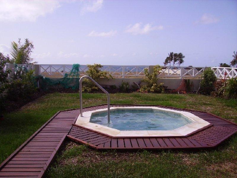 Jacuzzi - perfeito para se refrescar a qualquer hora do dia, com deslumbrantes vistas do oceano