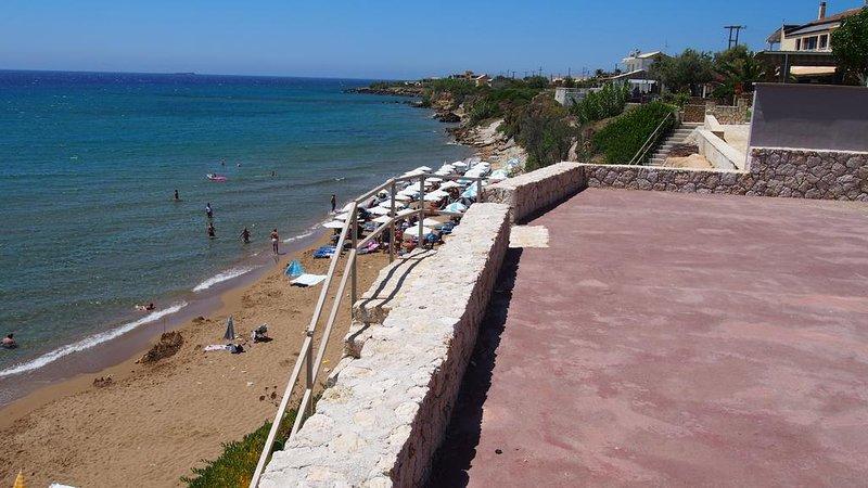 La plage de sable. Chaudes, les eaux peu profondes, idéales pour les enfants.
