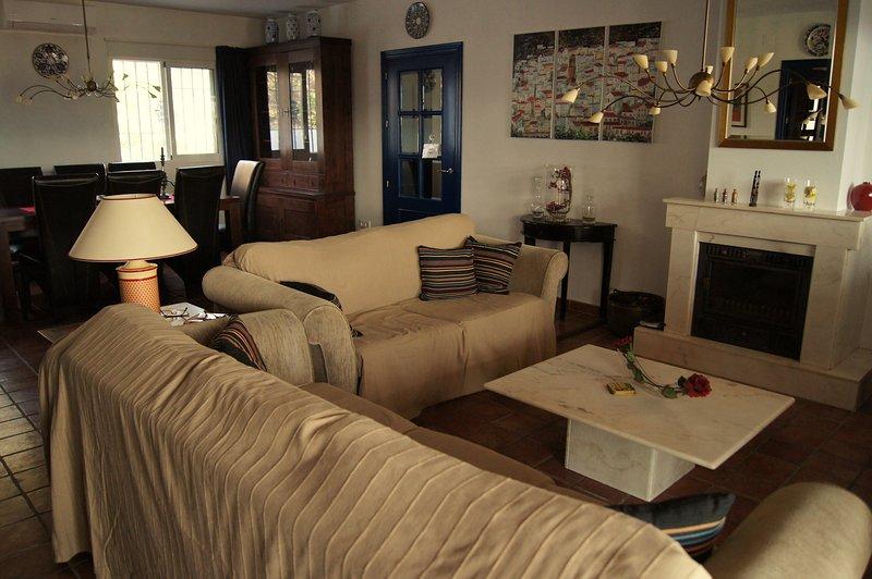 O salão - um sofá aconchegante em frente à lareira