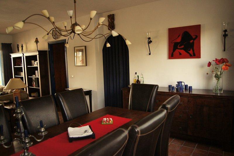A mesa de jantar acomoda até oito