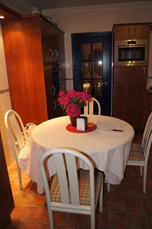 A tabela de pequeno-almoço na cozinha - para um início rápido em outro dia ensolarado