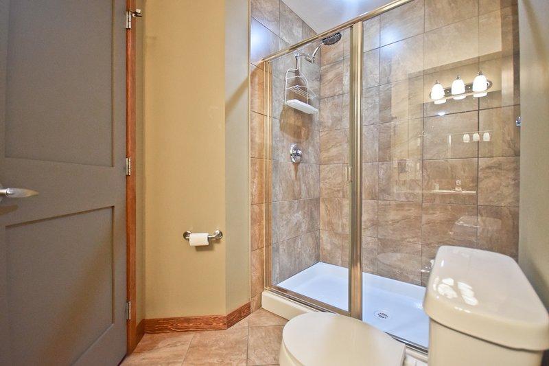 Espaciosa ducha doble de azulejos - champú, gel de baño y aire provisto, y ropa de cama también, por supuesto